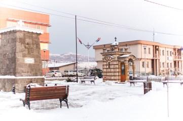 Au coeur de Gracanica, un mausolée élevé en souvenir d'un petit garçon serbe tué là par une bombe de l'Otan en 1999.