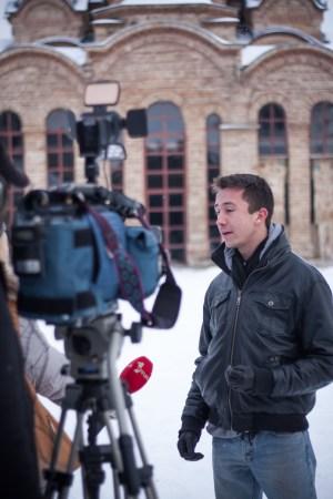 Certains de mes camarades sont interviewés devant l'église du monastère. Ils exposent les raisons qui les ont poussés à venir au Kosovo.