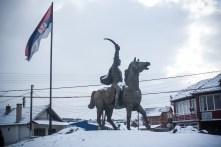 La statue de Milos Obilic, pointée vers la partie albanaise de la ville.