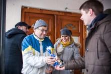 Nous offrons des bonbons français à nos hôtes d'un instant, qui sortent la rakija pour fêter notre visite.