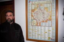 Le père Serdjan devant une carte du Kosovo-Métochie. Chaque point rouge est une église : il y en a 1300 sur une surface équivalente à celle d'un département français.