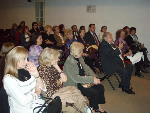 Muchos asistentes especializados, embajadores y entendidos.