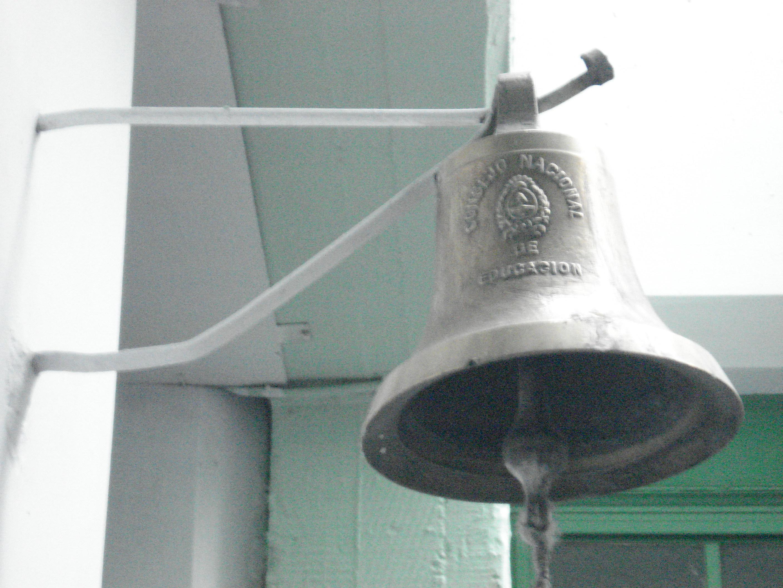 La campana de llamada, de recreo, de inicio de las clases, de fin de cada turno...