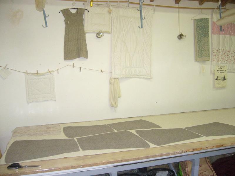 patron vêtement en laine sur une table