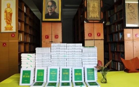 Chùa Quảng Hương Già Lam tặng Thư viện Huệ Quang bộ PHÁP ẢNH LỤC của Trưởng lão Ht. Thích Trí Quang