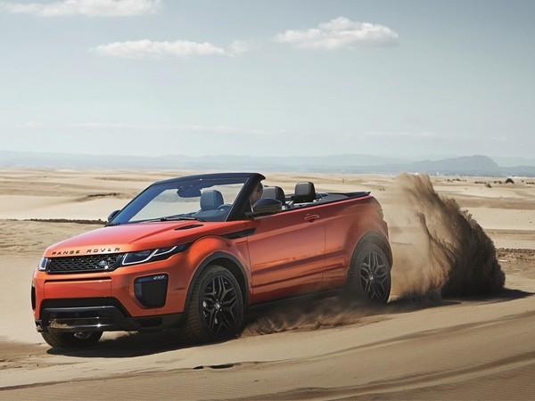 Range Rover Evoque running on sand
