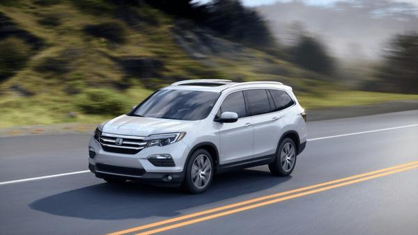 The-Honda-Pilot-2019-running-on-road