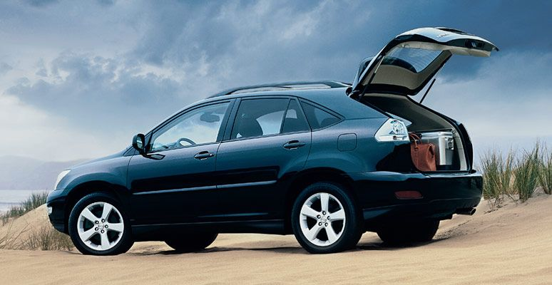 Lexus-RX330-SUV-with-tailgate-open