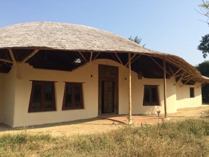 Nhà đất kết hợp tre và gỗ tái chế
