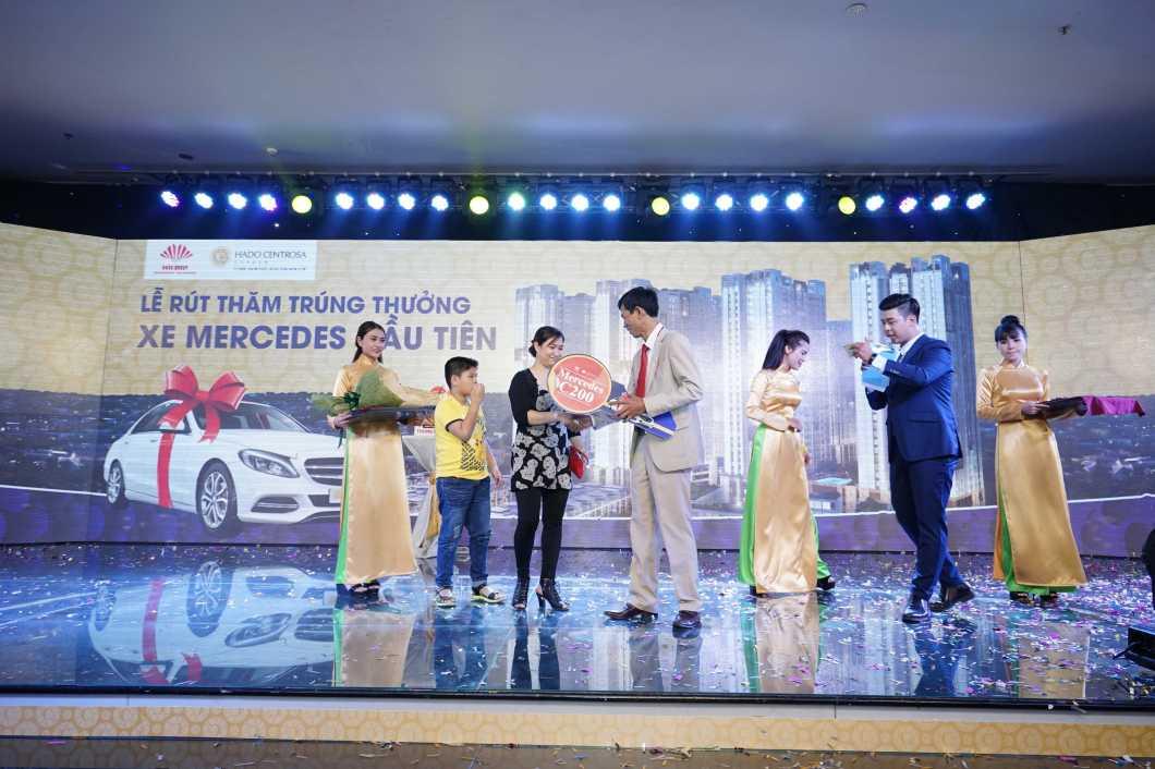 Tập đoàn Hà Đô trao giải cho khách hàng đầu tiên trúng xe Mercedes