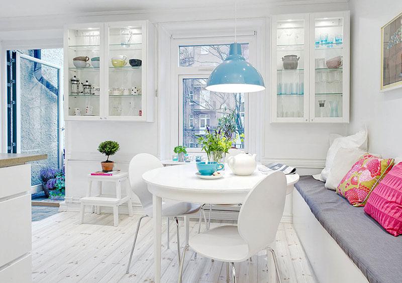 ánh sáng tự nhiên và ánh sáng nhân tạo trong căn hộ màu trắng