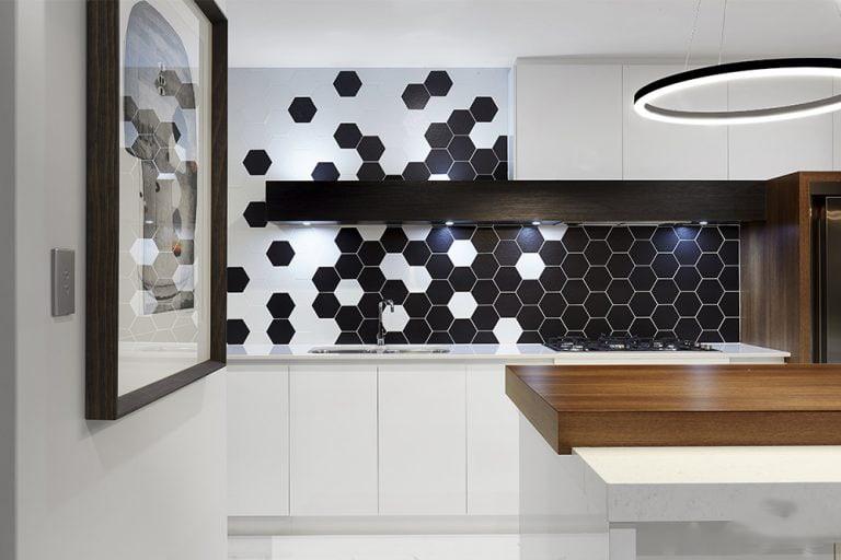 tường bếp màu trắng