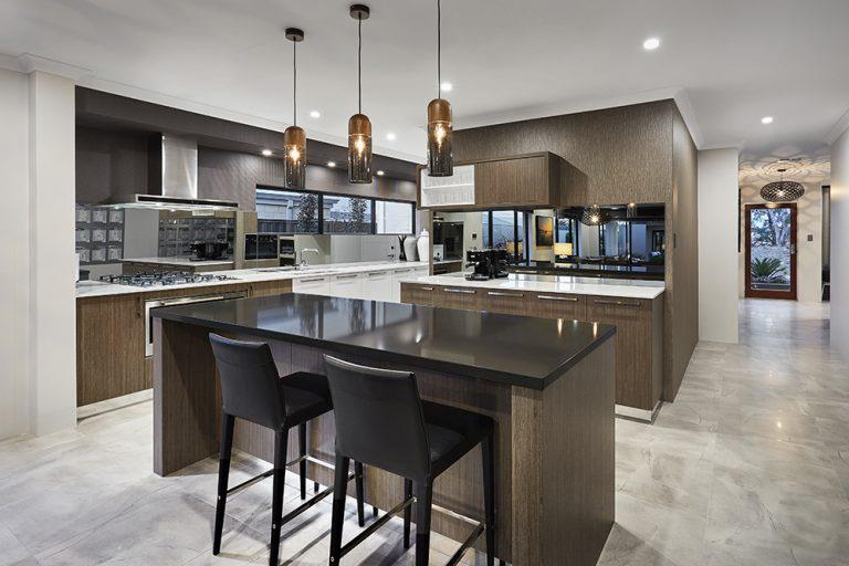 phòng bếp màu nâu trầm với mặt bàn và ghế đen