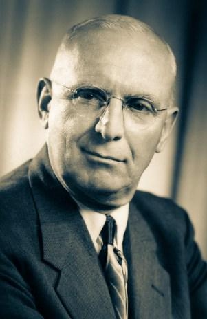 O pastor Walter E. Murray (1894-1985) dirigiu a Divisão de julho de 1950 a junho de 1958, quando foi nomeado vice-presidente da Associação Geral. Conhecia bem o território da Divisão porque havia trabalhado vários anos na América do Sul na área educacional, inclusive no altiplano peruano, onde foi diretor do Colégio de Titicaca. Atuou também como presidente da União Austral.