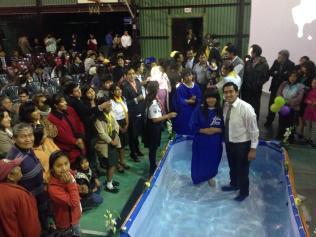 Bautismos como resultado de la caravana que incluyó a las instituciones adventistas en Arequipa, Perú.