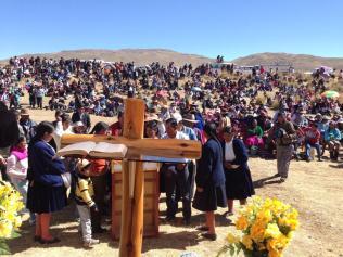 Amigos reunidos en las llanuras de Coporaque-Espinar C, en Cuzco, Perú, al inicio del culto de adoración, un sábado por la mañana.