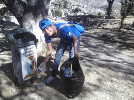 Los jóvenes también reciclaron el plástico que encontraron en la ciudad.