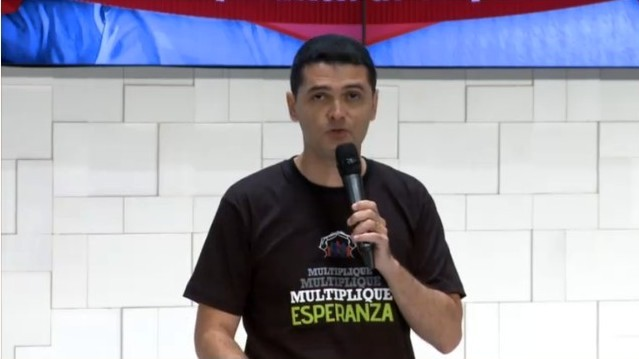 Pr. Everon Donato organizador del evento, promoviendo el Twitazo.