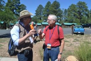 El geólogo brasilero Marcos Natal (izquierda) conversa con el Dr. Leonard Brand sobre las formaciones rocosas del Cañón.