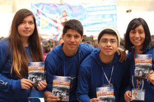 Congreso JA Entrega libros misioneros ©Gabriel Gamboa