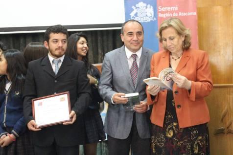 Ministra de Salud de Chile, Dra. Helia Molina con el libro misionero 2014. © Misión Norte de Chile