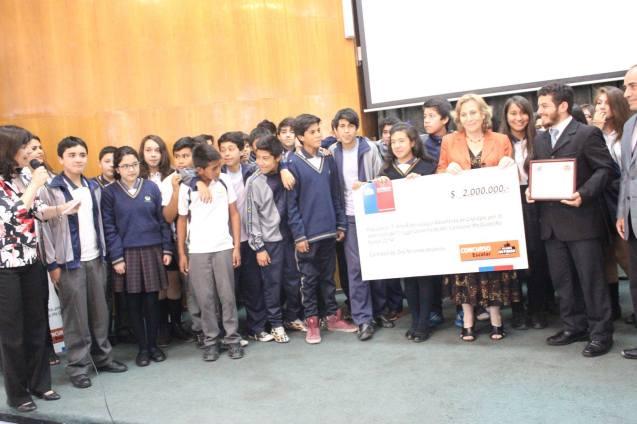 Alumnos del 7mo B mostrando el premio obtenido. © Misión Norte de Chile