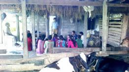 En Nepal, los fieles se reúnen en una especie de establo construido de bambus.