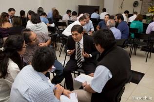 Líder de Mayordomía Cristiana de la Unión Chilena compartiendo opiniones en los grupos