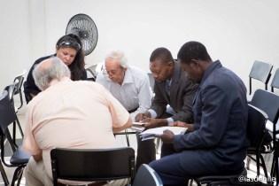 Grupos de discusión en la iglesia La Paz