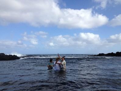 Erity siendo bautizada en la playa Tahai. Crédito: Alfred Müller