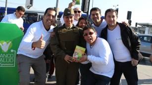 Entrega libro a Carabineros de Chile ©Gabriel Gamboa