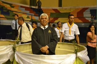 Pr. Adalberto Orozco, listo para el bautismo de 84 personas