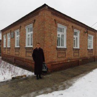 May-Ellen Colón frente de la Iglesia de Slavyansk, uno de sus cuatro lugares de predicación, en el este de Ucrania. (Cortesía de May-Ellen Colón)