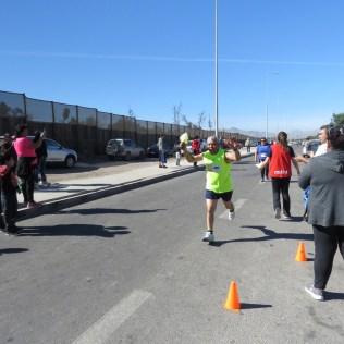 Participantes corriendo los cuatro kilómetros de la corrida