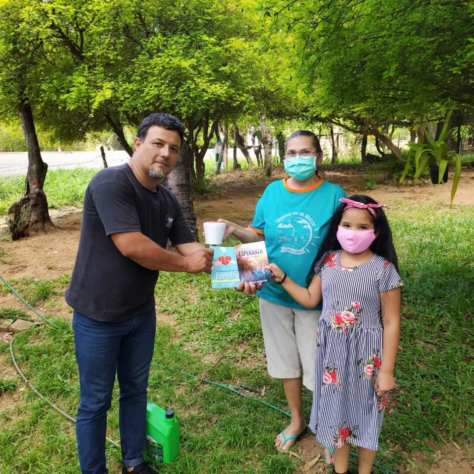 Graciela compartiendo el libro misionero y el pote de helado