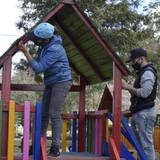 Pintando y arreglando el parque municipal de la ciudad