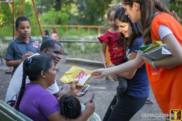 Todas mães ganharam o livro Viva com Esperança e um convite para o culto especial
