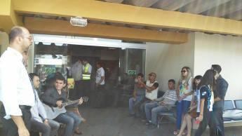 Jovens da IASD Parque Aeroporto oferecem boa opção de leitura para os viajantes no aeroporto de Macaé.