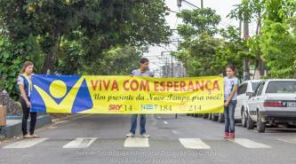 Faixas no semáforo, em São Gonçalo, indicam aos motoristas que todos receberiam um presente especial.
