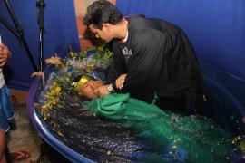 Diretor de Ação Missionária, pastor Jucimar Noya, realizando os batismos (Foto: Alexon Demétrio)