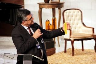 Pastor Erton Köhler, presidente da Igreja Adventista para oito países sul-americanos, mostra um dos pertences que foi de sua avó e que ele preserva consigo: um reconhecimento que a Igreja lhe deu à época por seu compromisso e dedicação à Escola Sabatina