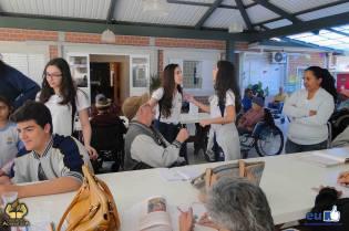 Alunos do Colégio Adventista de Maringá interagiram com idosos em asilo