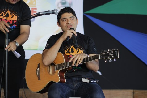 Pastor Daniel Carvalho aceitou o desafio de tocar e cantar uma música da cantora Roberta Spitaletti. Ele levantou risos do público quando revelou ter aprendido apenas o assobio da música