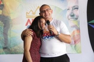 Pastor Michael Reis emocionou uma adolescente ao ler para ela um bilhete de seu pai