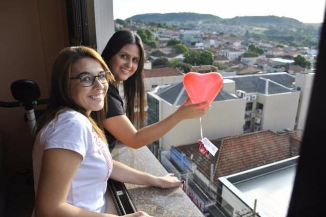 Jovens soltaram balões do quinto andar