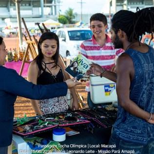 Livros missionários Esperança Viva são distribuídos durante revezamento da tocha olímpica em Macapá-AP.