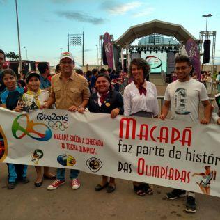 Prefeito de Macapá, Klecio Luís, agradece ao apoio dos jovens adventistas, e recebe um exemplar do livro missionário Esperança Viva