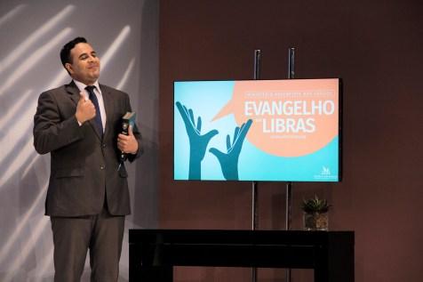 A cada noite, o pastor Douglas Silva apresentou um tema centralizado em Cristo