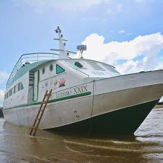 A lancha também representa um futuro com esperança para os ribeirinhos da Amazônia,
