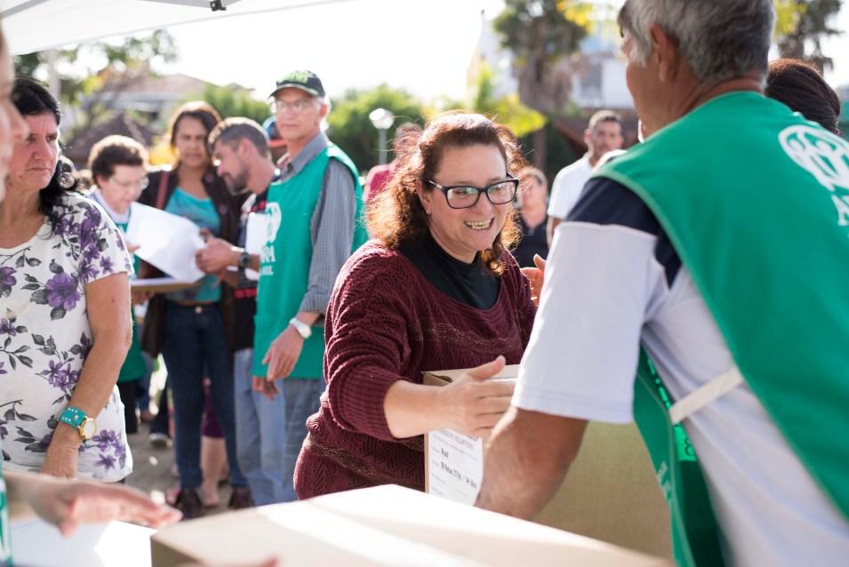 População recebe cestas básicas em inauguração de unidade móvel